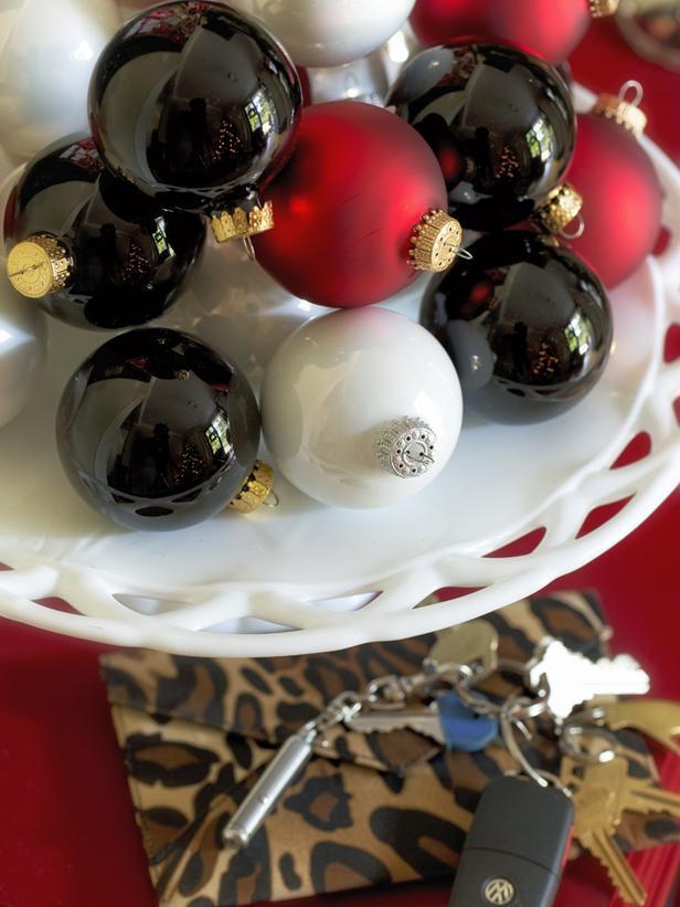 Cake Plate Ornaments-20 Splendid Christmas Tabletop Ideas for Centerpieces