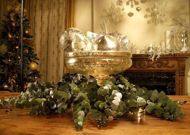 Chic Silver Centerpiece -20 Splendid Christmas Tabletop Ideas for Centerpieces