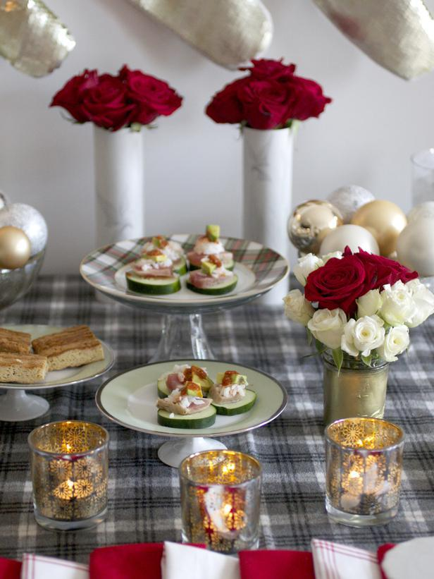 Dishes placed on cake stands - Christmas Table Decoration Ideas