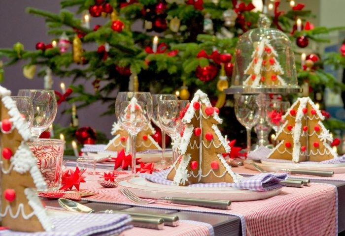 36 eye catching ideas for christmas table centerpieces founterior - Christmas Table Centerpieces