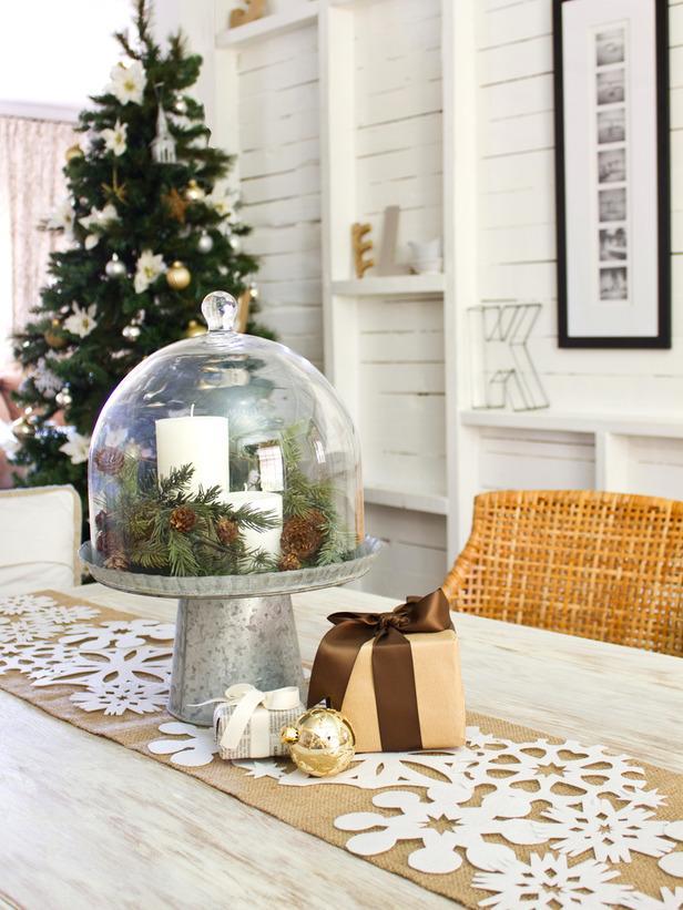 Dramatic Table Runner-20 Splendid Christmas Tabletop Ideas for Centerpieces