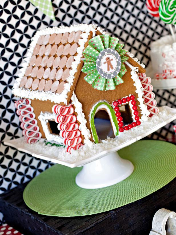 Gingerbread House Centerpiece -36 Eye-Catching Ideas for a Holiday Table
