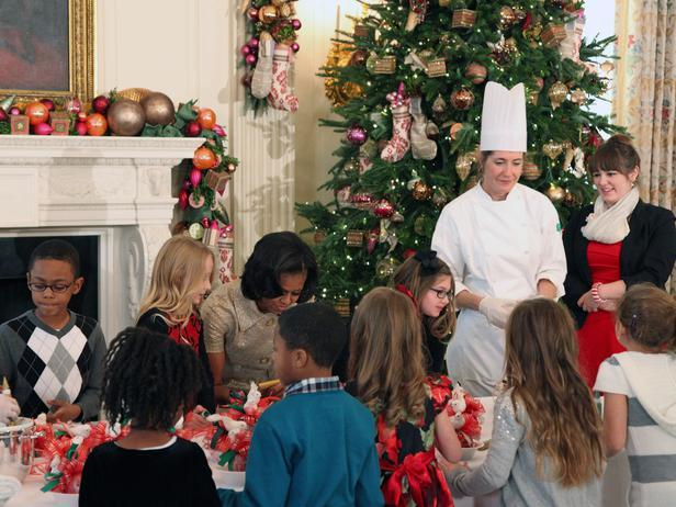 Michele Obama and children prepare Christmas decorations - Holiday Ideas from America's First Home