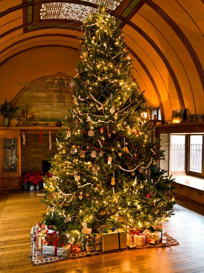 Beautiful Christmas Tree As A Centerpiece In Frank Lloyd Wright S House Christmas Home Decor Ideas