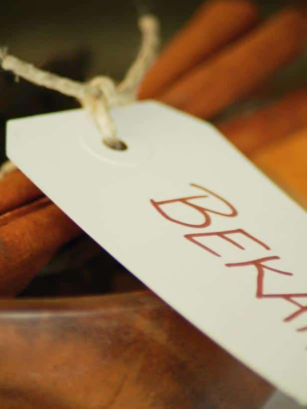 Cardboard name sign - Rustic Christmas Table Ideas