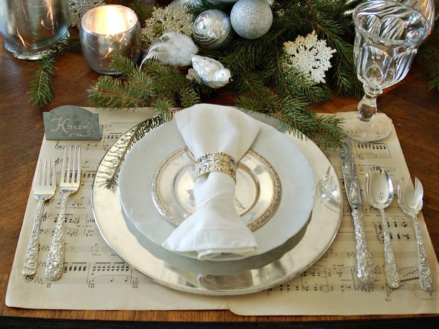 Classic arrangement of a Christmas table - Add an elegant Touch to Your Holiday Decorations