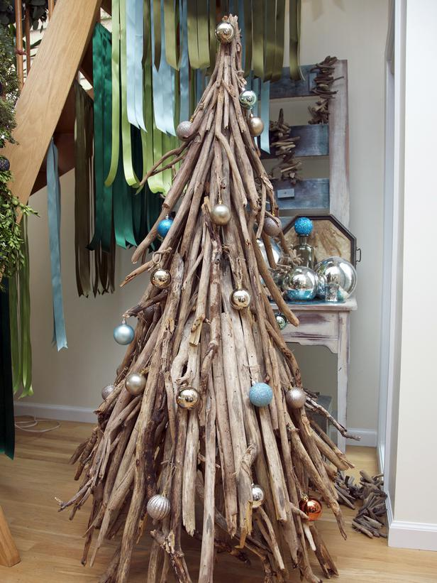 Christmas tree with beachy accents - 10 Splendid and Creative DIY Trees