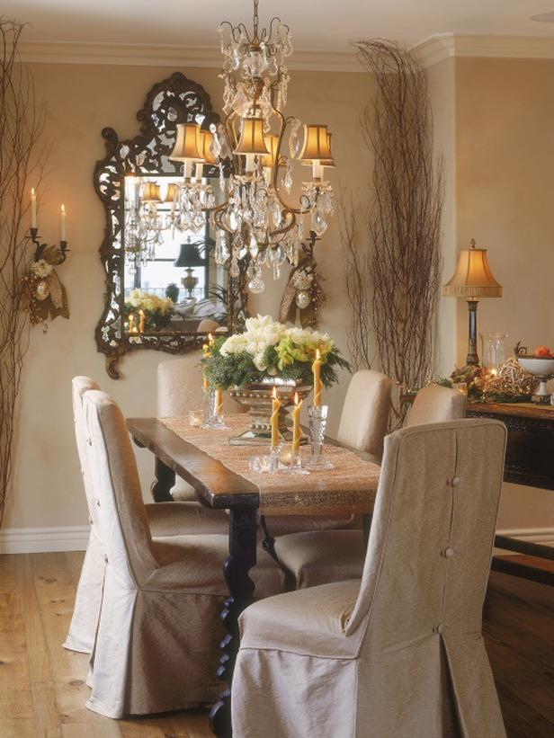 Elegant and stylish Christmas dining  room - 24 Dazzling Settings for a Sparkling Holiday Night