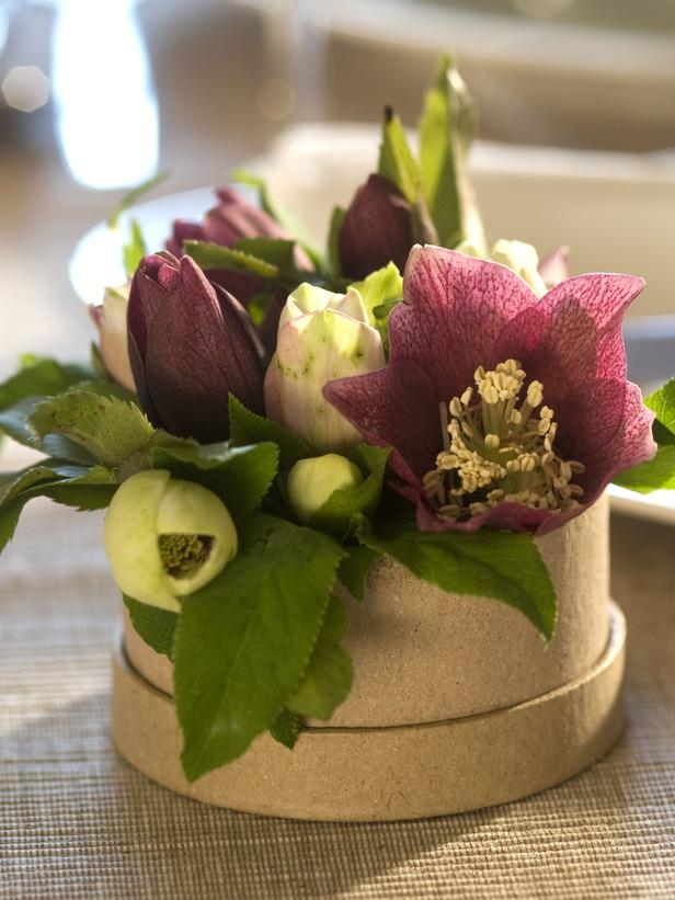 Fresh flowers for the Christmas diner - 24 Dazzling Settings for a Sparkling Holiday Night