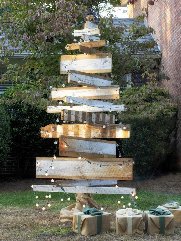 Holiday rustic wooden Christmas tree - 10 Splendid and Creative DIY Trees
