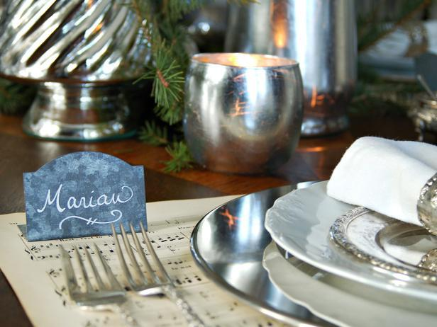 Name sign pointing the guests to their seats at a classic Christmas table - Add an elegant Touch to Your Holiday Decorations