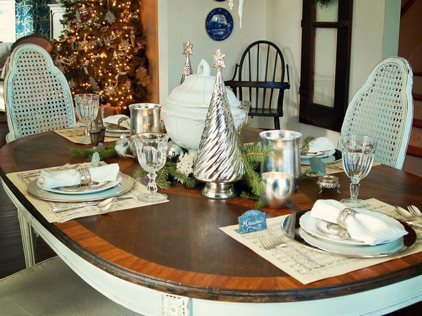 Warm and cozy classic Christmas table - Add an elegant Touch to Your Holiday Decorations