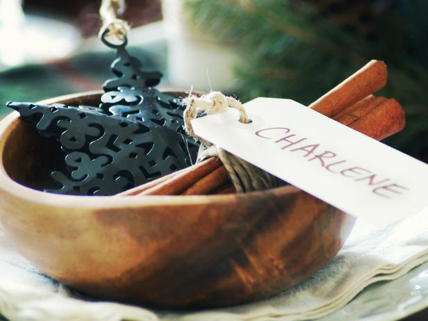 Wooden bowl with cinnamon sticks and name sign - Rustic Christmas Table Ideas
