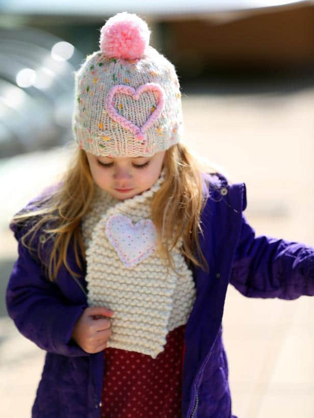 Easy Hand-Knit Kids' Scarf-Easy DIY Valentine's Day Crafts for Home Decoration