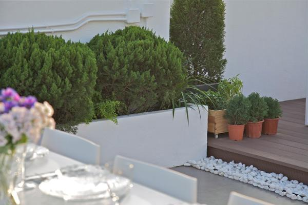 Greenry used for terrace decoration - Simplicity Design by Urban Design & Build Ltd