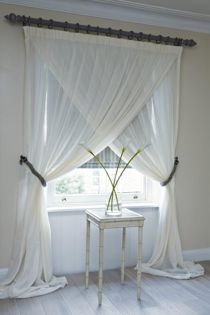 Romantic bedroom interior design in pure white - 15 Tips for a Valentine's Day Interior