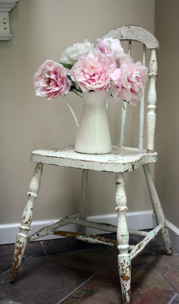Pink flowers and a vintage chair - 50 Creative Home Decorating Ideas