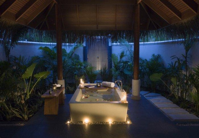 Relaxing atmosphere in a romantic bathtub - 10 Decorating Ideas For a Sexy Night
