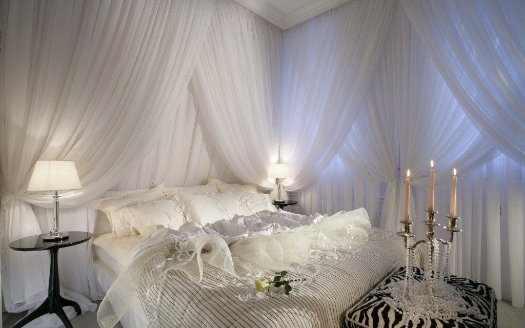 Romantic bedroom with sensual bed setting in white - 15 Tips for a Valentine's Day Interior