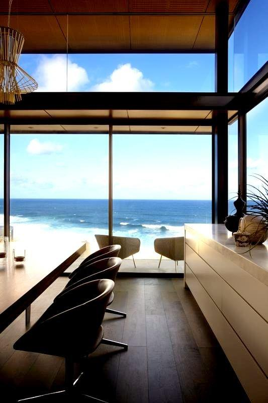 Spacious dining room with amazing views over the ocean - Modern Dream House in Sydney
