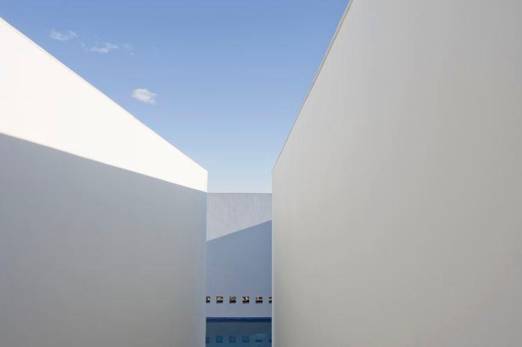 13-foot-high whitewashed walls hide the swimming pool and form a minimalist paradise - Inner and Outer stylish simplicity in Arizona home