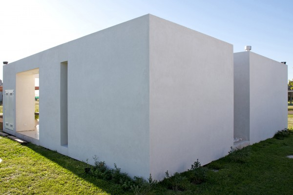 Small minimalist house architecture by vismaracorsi for Small minimal house