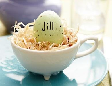 Easter Egg in an interesting cup holder-Unique, Fresh and Exciting Easter Table Decoration Ideas