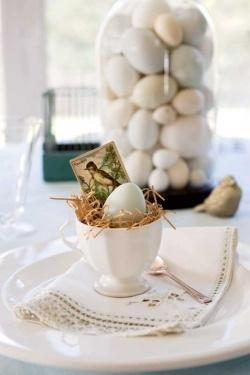 Natural white festive eggs-Unique, Fresh and Exciting Easter Table Decoration Ideas