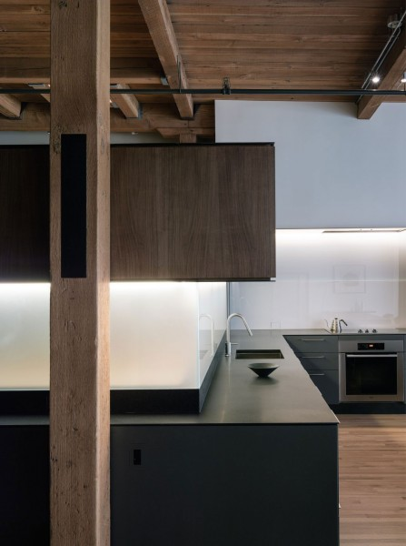 Wood accents in the Loft's open-plan kitchen-The interior design of a contemporary property in San Francisco