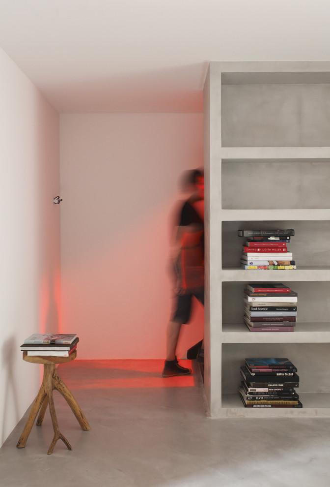 Minimalist home bookshelf in white where books are arranged in a specific way - Small House in simple and elegant style in Sao Paolo