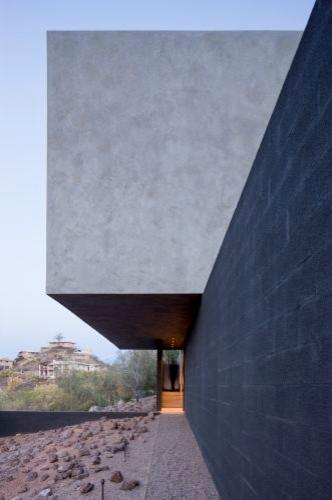 Minimalist interior and exterior of a house in arizona for Minimalist concrete house