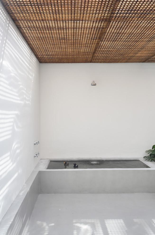 Stylish minimalist bathroom design with wooden ceiling and walls in white color - Small House in simple and elegant style in Sao Paolo