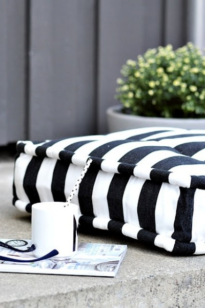 Black and white accents in Scandinavian balcony-Trendy designs for outdoor home spaces
