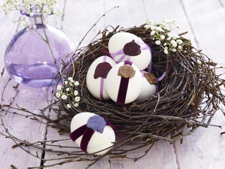 Easter decoration in white and purple – egg nest