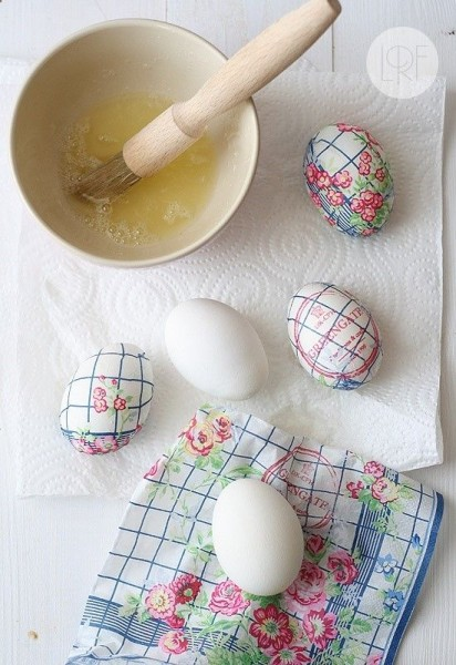 Easter eggs wrapped in paper napkins-home decorations with impressive holiday ideas