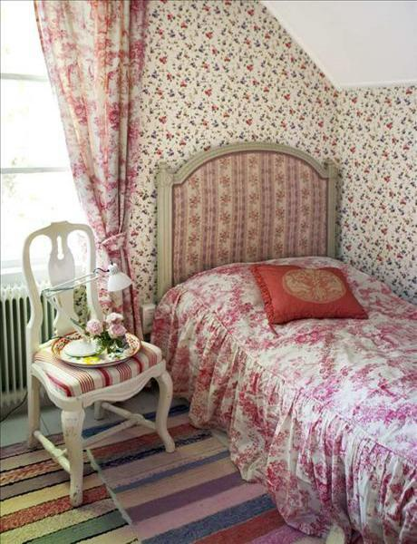 Shabby chic bedroom with single bed- interior design and home decorating ideas
