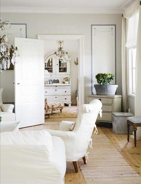 Shabby chic living room in white- interior design and home decorating ideas