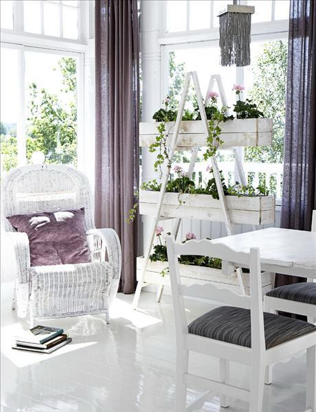 Shabby chic sunny living room- interior design and home decorating ideas