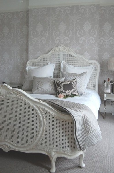 Traditional romantic bedroom in white- interior design ideas for own, private, intimate place.