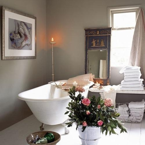 Bathroom decorating with pink roses that create romantic atmosphere