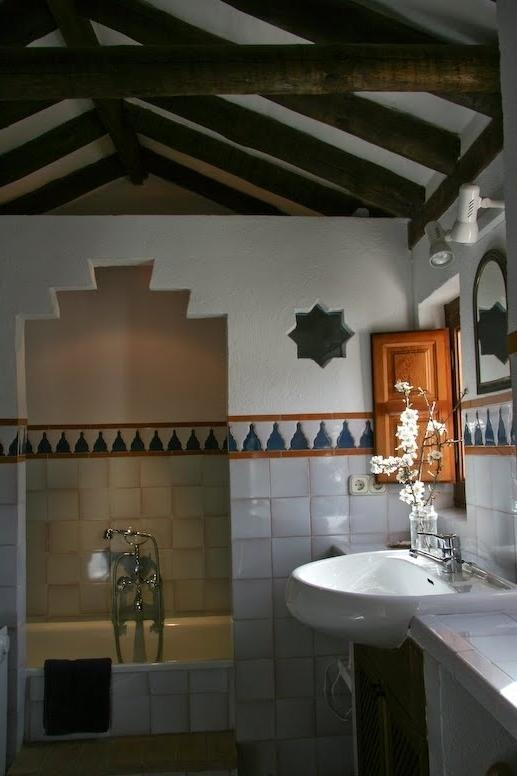 Bathroom decorating with small flowers in Moroccan style