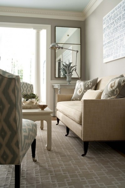 Clean_shabby_chic_room_with_elegant_sofa