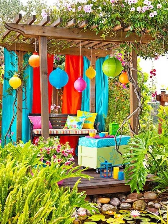 Colorful accents under a small pergola- Ideas for home outdoor spaces