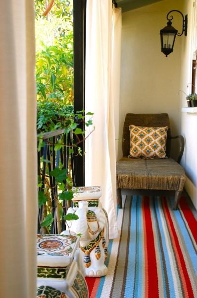 Cozy small balcony with colorful rug-Splendid mini home garden