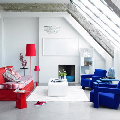 Eclectic living room of blue and red contrast-modern interior design trends