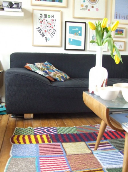 Eclectic room with colorful rug-modern interior design trends