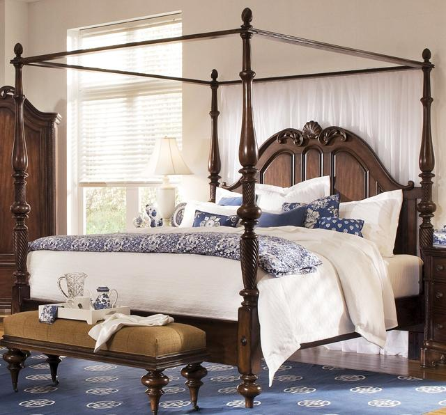 Luxury traditional bedroom with wooden bedframe– fresh summer home emotions