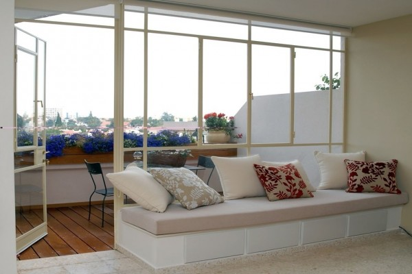 Modern urban balcony with blue flowers-Splendid mini home garden