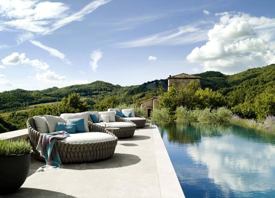 Personal lounge sofas near a pool– stylish modern furniture by Tribu