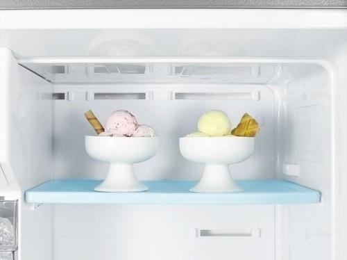 Samsung 3050 - two icea cream cups feel great inside the fridge